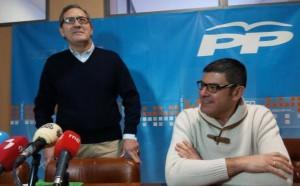 El portafoz del PP en Cacabelos, Adolfo Canedo (I), junto al concejal José Manuel Cela, durante su comparecencia. / C. RAMOS